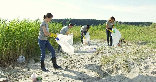 volunteers-cleaning-up-beach
